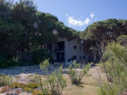 Villa Rossi sulla spiaggia a Marina di Campo, vista dalla spiaggia
