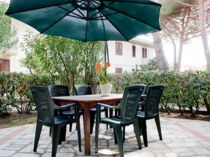 Apartment Gabbiano 3, holiday accomodation on Elba Island, table and chairs in the garden