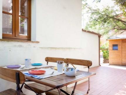 Casa La Leccia, threeroom apartment on Elba Island, table in the external area
