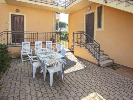 Appartamento Vania Marina di Campo Vista Esterna Spazio esterno tavolo _2