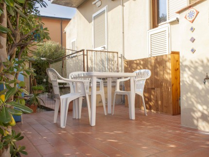 Vanna two room apartment on Elba Island, external table and chairs
