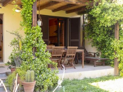 Casa Dei Ghiri, Marina Di Campo dettaglio veranda con tavolo
