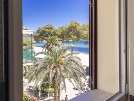 Trilocale Giglio, Marina di Campo vista dalla finestra del soggiorno