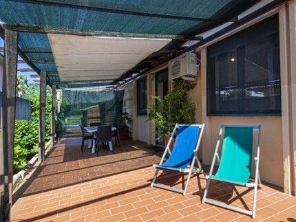 Loft bilocale Marina di Campo spazio esterno coperto, tavolo con sedie sdraio