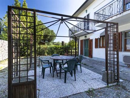 appartamento ischiaMarina di Campo spazio esternogazebo con sedie_1