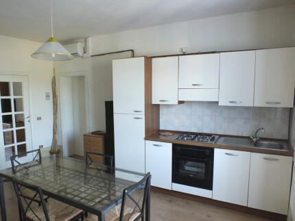Appartamento Casale al Mare 5Marina di Campo soggiorno con angolo cottura tavolo da pranzo