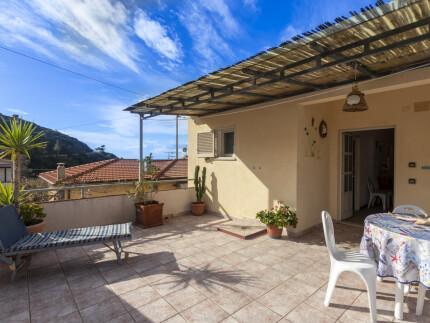 Appartamento La Terrazza, Pomonte, Terrazza attrezzata con tavolo e sedie